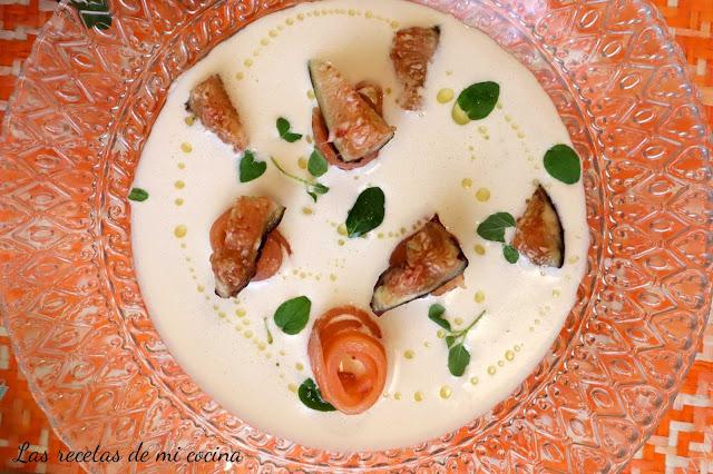 Ajoblanco con salmón ahumado y brevas