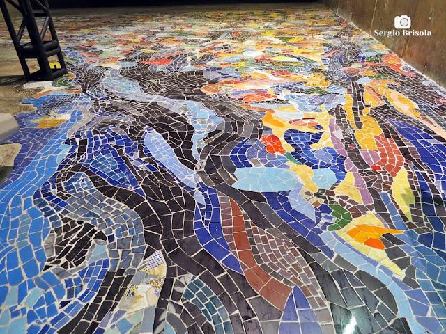 Perspectiva inferior do Mosaico Árvore Subterrânea - Estação Sacomã do Metrô - São Paulo