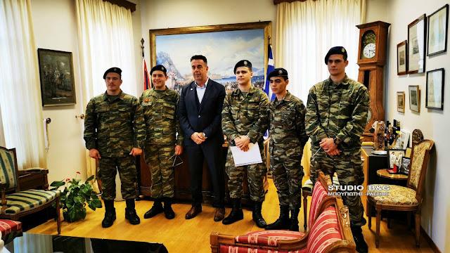Κάλαντα από στρατεύσιμους του ΚΕΜΧ και την φιλαρμονική στον Δήμαρχο Ναυπλιέων (βίντεο)