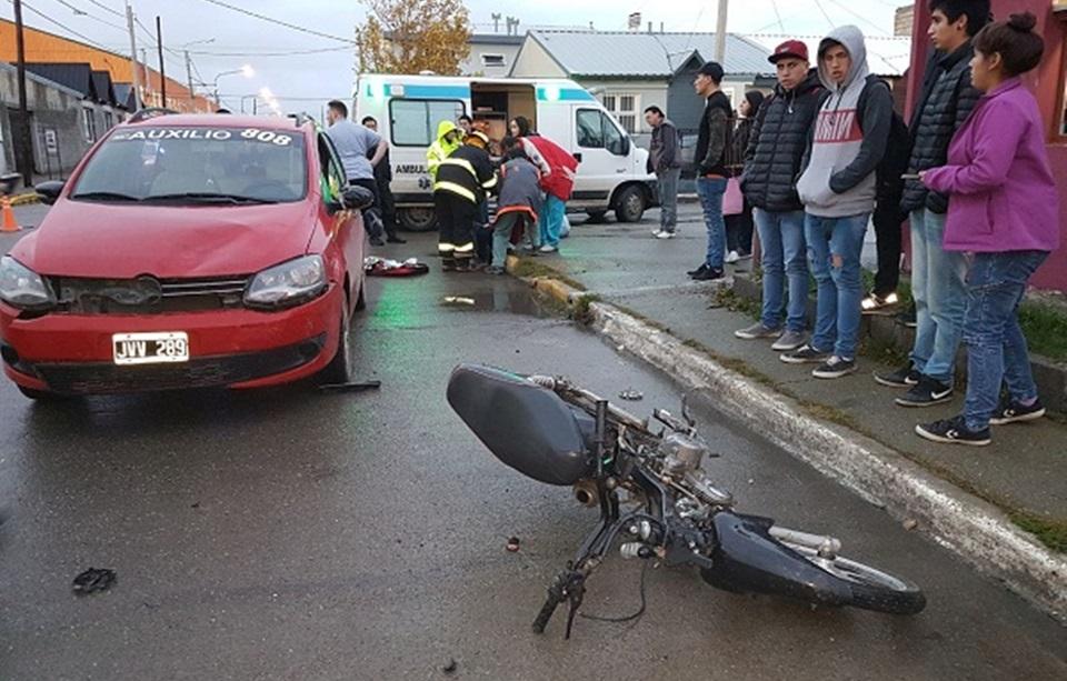 Choque entre automovil y motocicleta