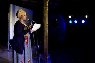 Εικονίζεται η ποιήτρια Ουαρσάν Σάιρ.