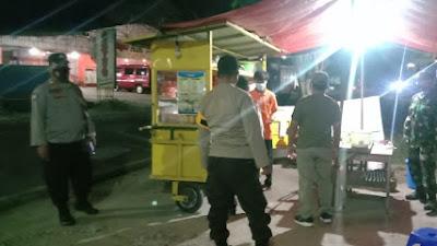 Patroli PPKM Darurat, Koramil Karangmalang dan Polsek Himbau Pedagang Patuhi Prokes