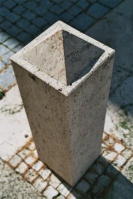 İçi boşmuş gibi görünen taş sütun optik illüzyon göz yanılması