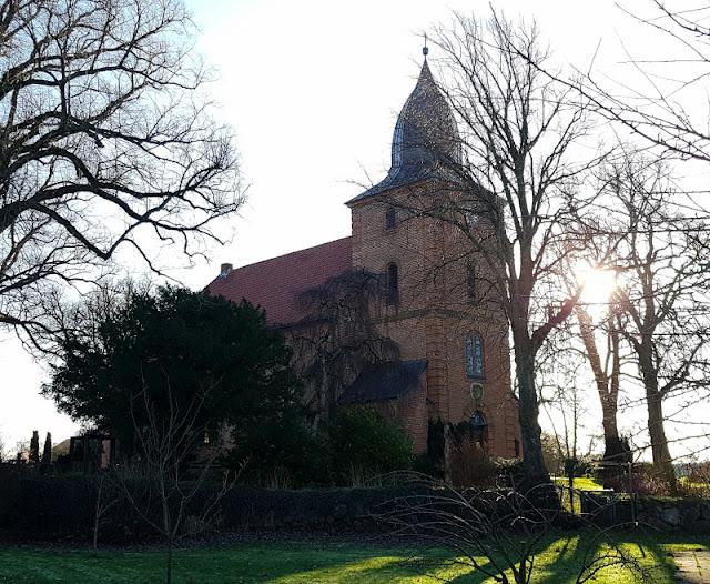 Küsten-Spaziergänge rund um Kiel, Teil 5: Jellenbek - Strand - Krusendorf - Jellenbek. Die Kirche aus Backstein ist sehenswert.
