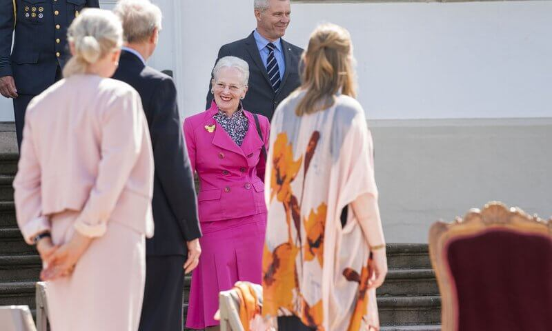 The Queen wore a pink fuchsia blazer and pink skirt at awards ceremony