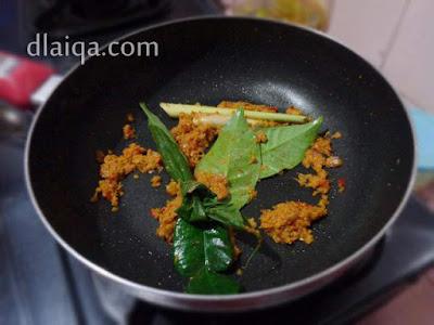 masukkan serai, daun kunyit, daun jeruk dan daun salam