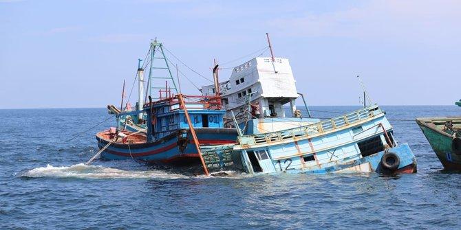 Tegas! KKP dan Kejaksaan Tenggelamkan 4 Kapal Berbendera Vietnam di Pontianak