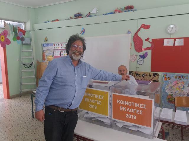 Αισιόδοξος ο Κώστας Καράπαυλος κατά την άσκηση του εκλογικού του δικαιώματος