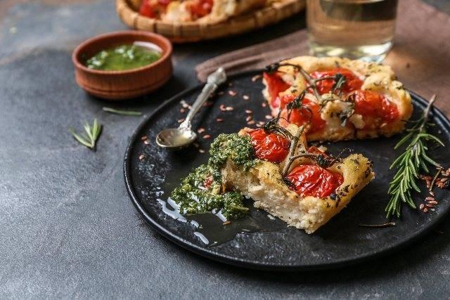 Focaccia senza glutine veloce con pesto di broccoli