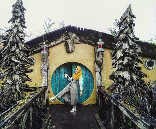 foto rumah hobbit di farm house lembang