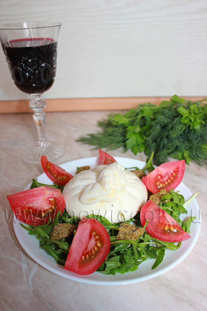 рецепт бурраты с помидорами и рукколой