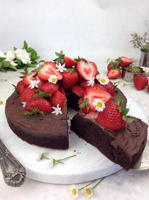 Bolo de chocolate saudável fofo e suculento (fit; opção sem lactose)