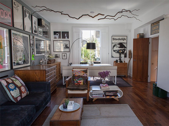 sala decorada, mural de quadros, sala ampla