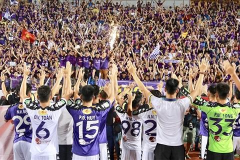 Các cầu thủ và CĐV ăn mừng chức vô địch
