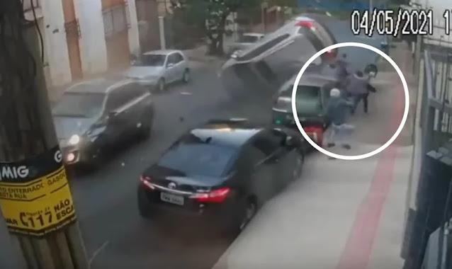 'Deus nos livrou', diz motoqueiro após carro 'voar' e capotar em rua cheia de pedestres