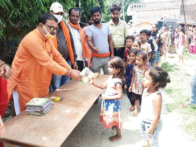 भाजपा के पूर्व जिलाध्यक्ष ने महादलित बच्चों को दिए कॉपी-कलम
