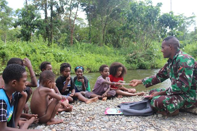 Prajurit TNI Yonif 754 Bacakan Dongeng Untuk Anak-Anak Papua