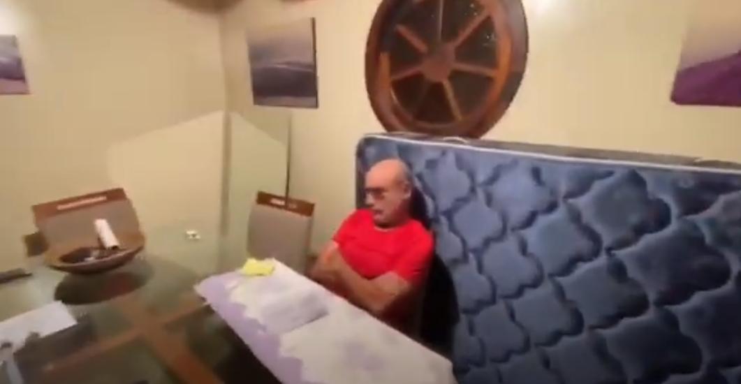 Polícia de São Paulo divulga vídeo do momento da prisão de Queiroz; assista
