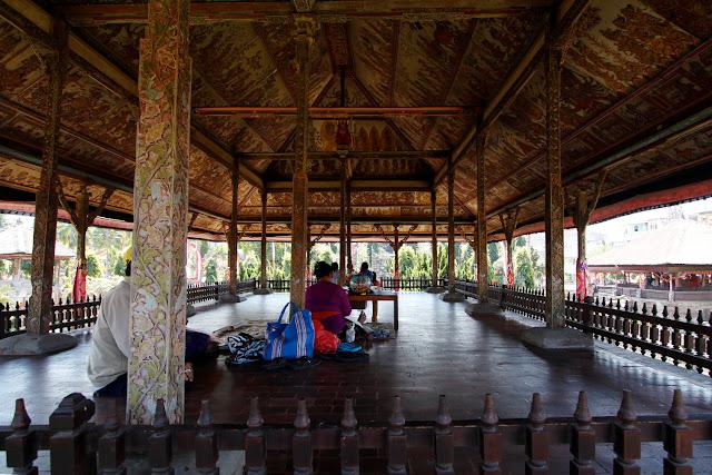 Labores artesanales bajo los techos de un pabellón de Taman Gili