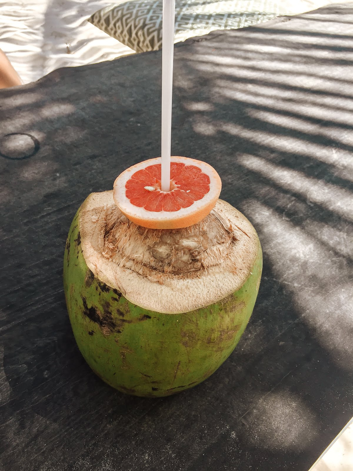 boire une eau de coco à Tulum dans le restaurant Agusto