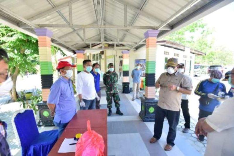 Bupati Karimun Aunur Rofiq Bersama Sekda Karimun Kunjungi Warga di Lokasi Karantina Isolasi