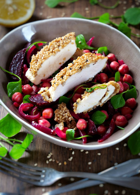 Hähnchenbrustfilet in Sesamkruste mit Rote Beete-Kichererbsen-Gemüse