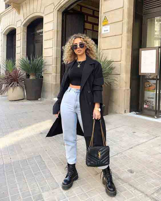 Mom jeans, cropped, trench coat e bota coturno