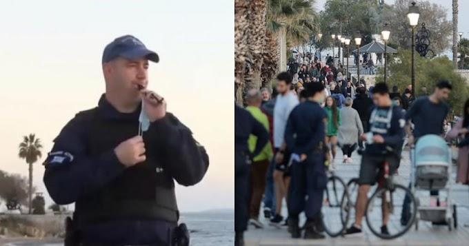 Αστυνομικός σφυρίζει για να μπουν οι πολίτες σπίτια τους στις 18.00 ως τσοπάνης του Μητσοτάκη!! (video)