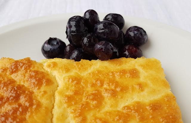 Rezept: Finnische Ofenpfannkuchen mit Blaubeeren vom Blech. Diese Pfannkuchen kommen ohne Zucker aus, unsere Kinder essen sie total gerne.