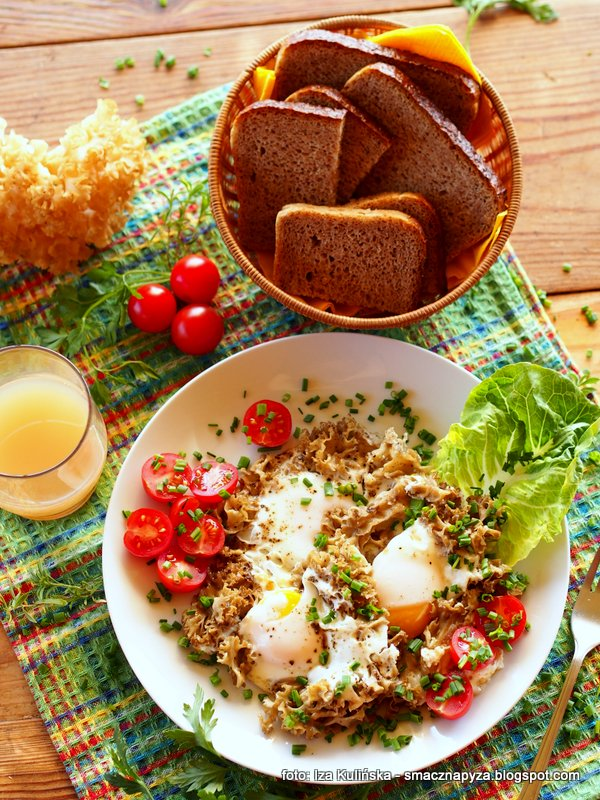 szmaciak z jajkami, jaja z kozia broda, jajka z grzybami, sniadanie, siedzun sosnowy, grzyb z jajkami, sparassis crispa