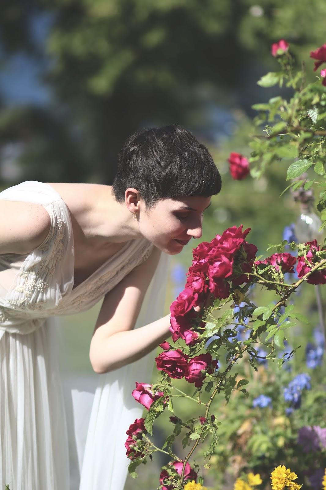 bröllopsfotograf Stockholm, fotograf Härnösand, fotograf Höga kusten, wedding photography, bröllop, fotograf Maria-Thérèse Sommar, afiori, garden, poetic, trädgård, vintage inspired wedding, roses, portrait