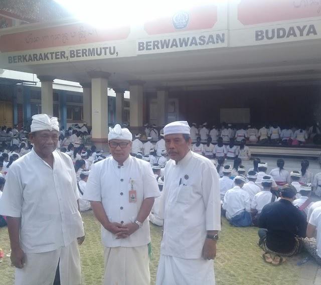 """1065 Siswa  SMP Negeri 8 Denpasar Ikuti Upacara """" Sisya Upanayana"""""""