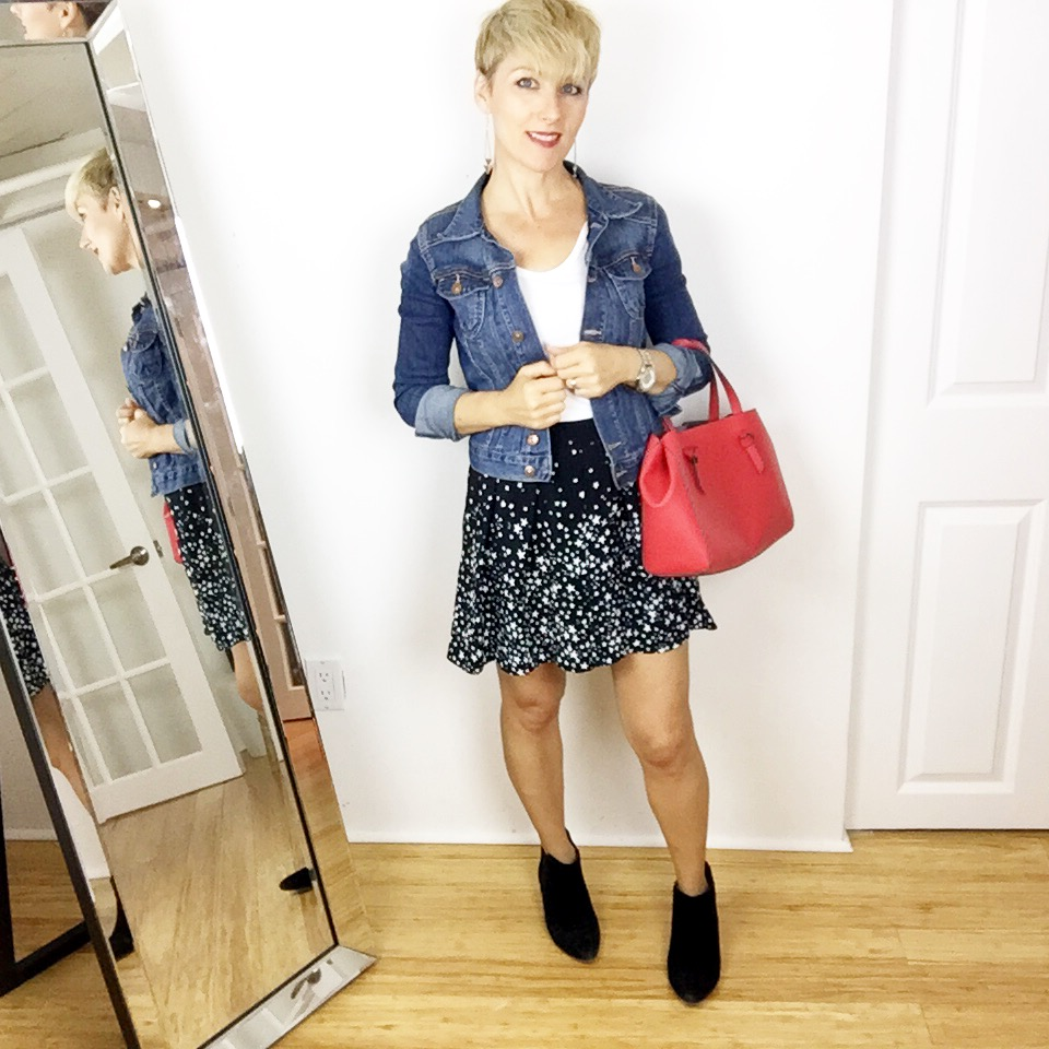 Veste de jeans, jupe noire Zara et bottillons