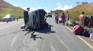Van, que transportava passageiros de MG para a PB, tomba na BR-365