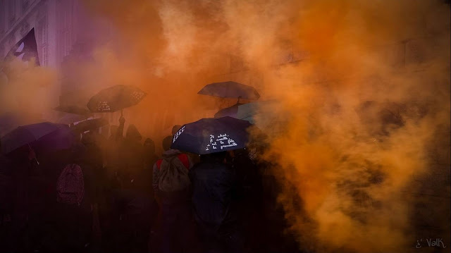 nantes 19 octobre violet orange et parapluies