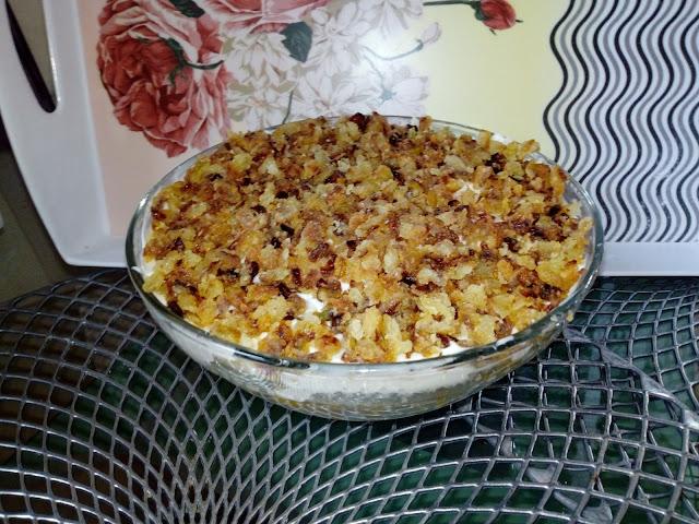 salatka z prazona cebulka salatka warstwowa z cebulka prazona kurczakiem makaronem i warzywami salatka ze smazonym kurczakiem salatka makaronowa