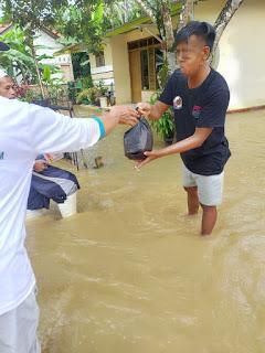 FPI Purbalingga Bagikan 280 Paket Untuk Korban Banjir Di Desa Cilapar