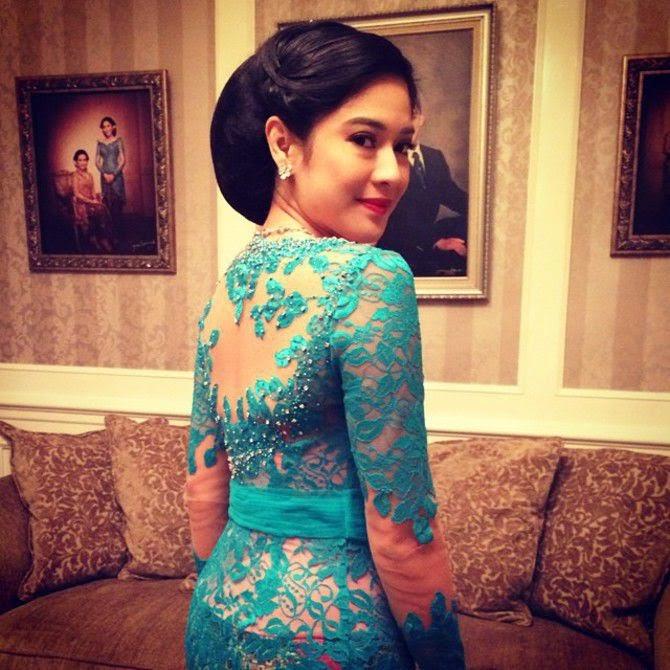 Baju Batik Ala Artis: Foto Kebaya Modern Dian Sastrowardoyo Model Desain 2016