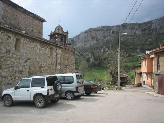 Aparcamiento en Pelúgano junto a la iglesia