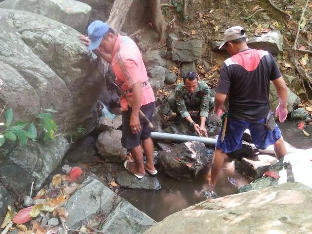 Minim Air Bersih, Babinsa Semamung Bersama Warga Pasang Pipa Saluran Air