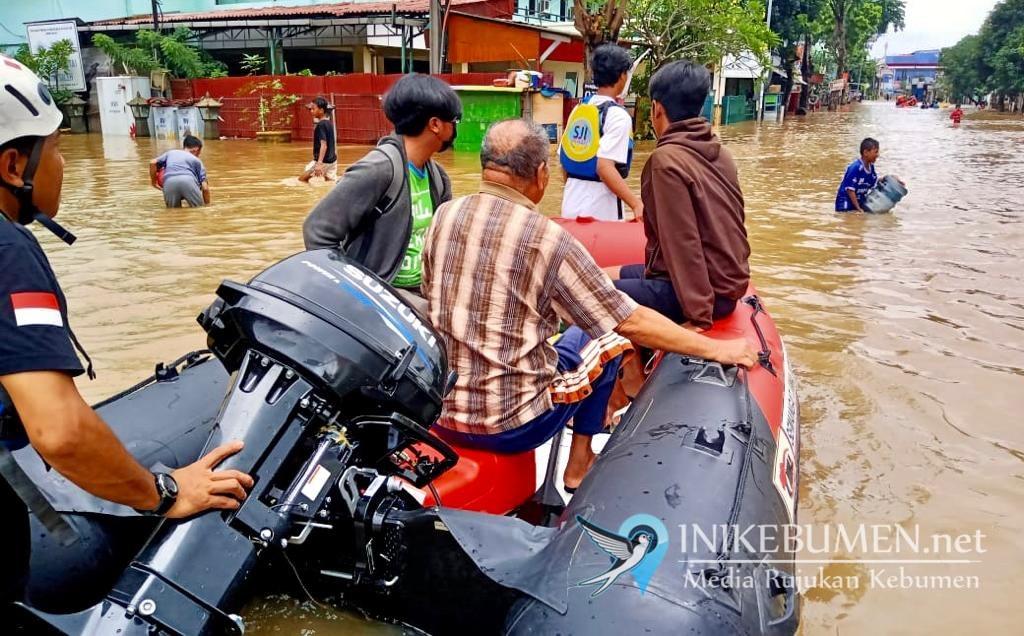 Suzuki Club Reaksi Cepat, Terjang Banjir 2 Meter untuk Evakuasi Korban Banjir