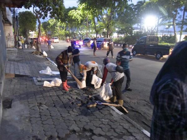 Risma Bersihkan Batu di Jalan-jalan Jelang Demo Omnibus Law