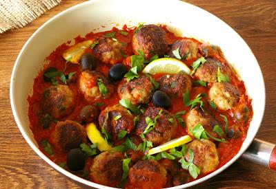 pulpeciki drobiowe w sosie pomidorowym z cytryną i oliwkami