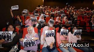 """Aksi para fans sebelum menonton nonton Film BTS """"Love Yourself in Seoul"""" di CGV Marvell City Mall Surabaya pada Sabtu (26/1/2019). - Foto: SURYA.co.id"""
