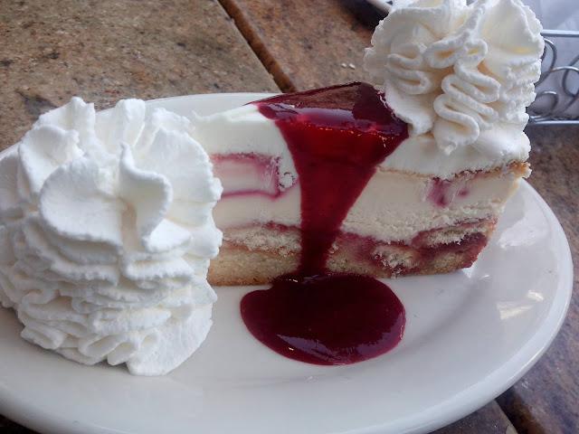 bolo de morango com calda de frutas vermelhas