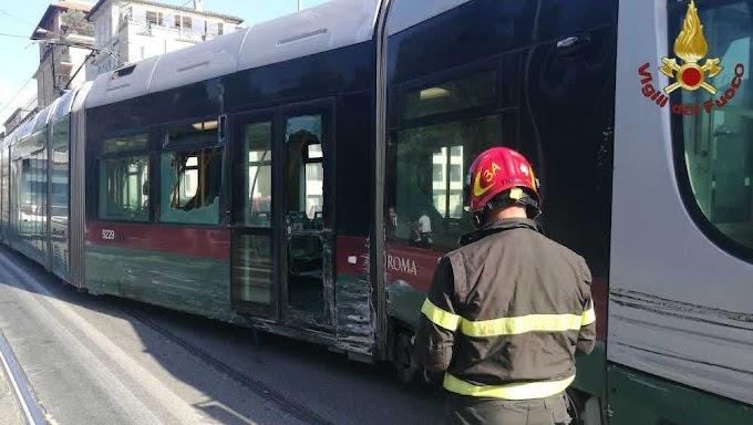 Tram deraglia poi lo scontro con il bus e due veicoli