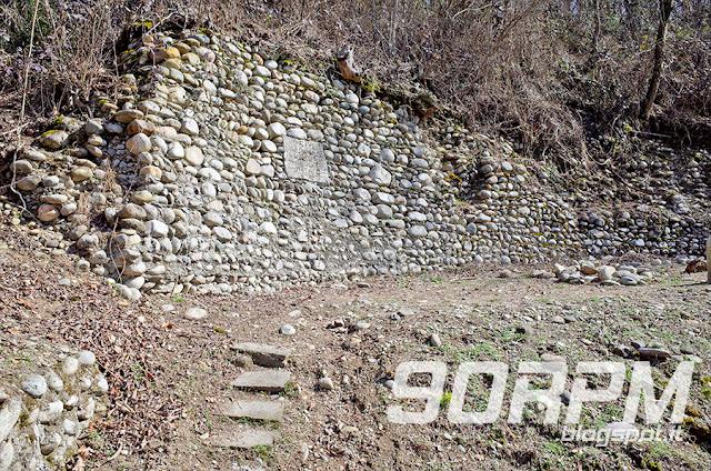 Proseguendo lungo la ciclabile del Villoresi, poco oltre la località di Tornavento, ci si imbatte nell'edificio dell'ex dogana, luogo dove passava il confine tra l'Impero Asburgico e il Regno di Sardegna.