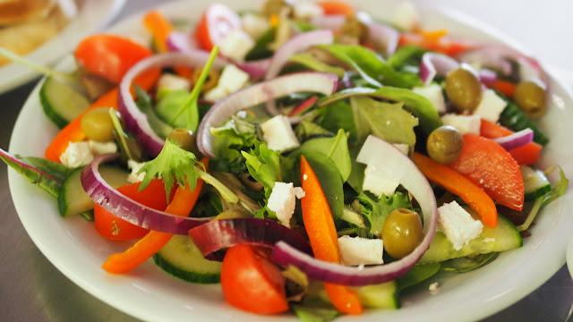 prato com salada de verduras e legumes