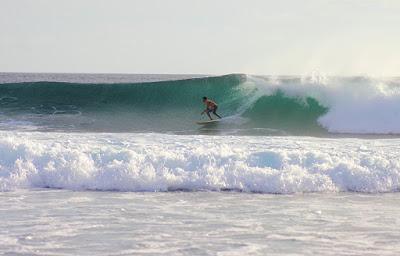 Berselancar di pantai Boa