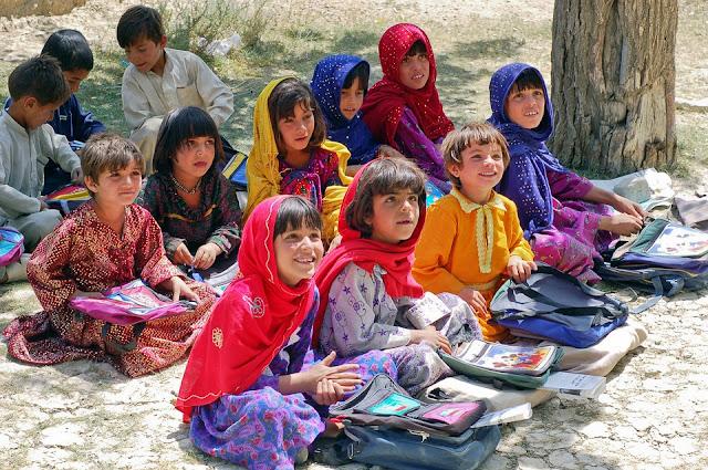 Un grupo de niños en una escuela, Afganistán. Aunque la educación se valora en Afganistán, sólo el 5% de los niños afganos reciben educación primaria.
